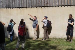 Klaus Schillberg beim Museumsrundgang mit den  Seminarteilnehmern.  Foto: Tex-Bis Naturbaustoffe